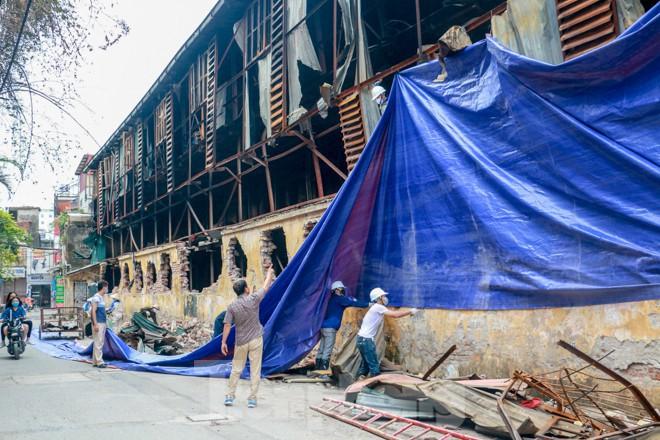 Sau một tuần, công nhân mới phủ bạt hiện trường vụ cháy Công ty Rạng Đông - Ảnh 3.