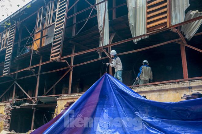 Sau một tuần, công nhân mới phủ bạt hiện trường vụ cháy Công ty Rạng Đông - Ảnh 4.