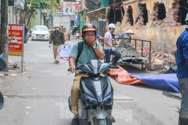 Sau một tuần, công nhân mới phủ bạt hiện trường vụ cháy Công ty Rạng Đông - Ảnh 5.