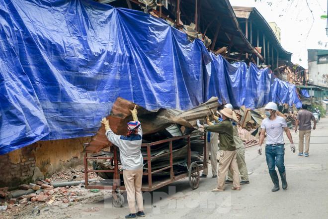 Sau một tuần, công nhân mới phủ bạt hiện trường vụ cháy Công ty Rạng Đông - Ảnh 6.