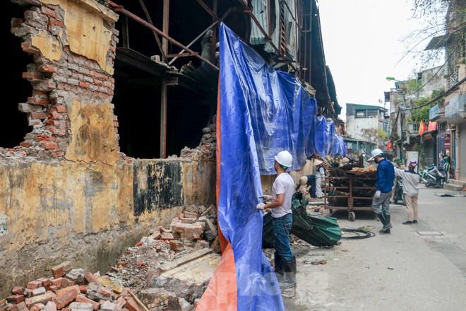 Sau một tuần, công nhân mới phủ bạt hiện trường vụ cháy Công ty Rạng Đông - Ảnh 7.