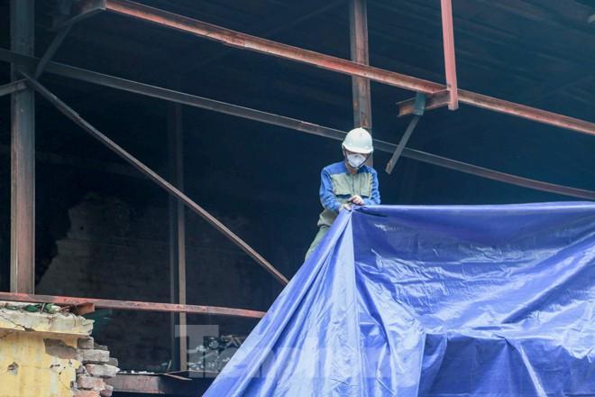 Sau một tuần, công nhân mới phủ bạt hiện trường vụ cháy Công ty Rạng Đông - Ảnh 8.