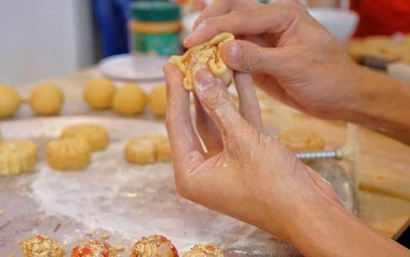 Cà phê lạ Hà Nội, bà chủ tự làm 2.000 bánh trung thu tặng khách - Ảnh 2.