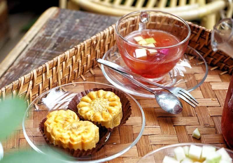 Cà phê lạ Hà Nội, bà chủ tự làm 2.000 bánh trung thu tặng khách - Ảnh 3.