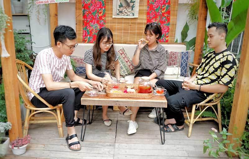 Cà phê lạ Hà Nội, bà chủ tự làm 2.000 bánh trung thu tặng khách - Ảnh 4.