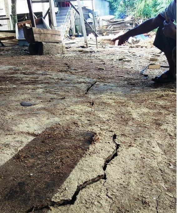 Bờ sông Gianh xuất hiện vết nứt dài bất thường sau lũ - Ảnh 1.