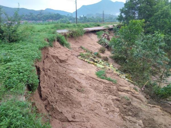 Bờ sông Gianh xuất hiện vết nứt dài bất thường sau lũ - Ảnh 3.