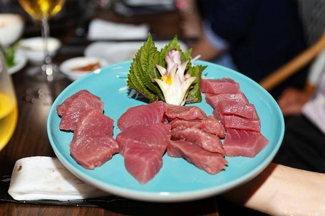 Hàng trăm du khách hiếu kỳ xem mổ cá ngừ 70 kg ở phố đi bộ Bùi Viện - Ảnh 7.