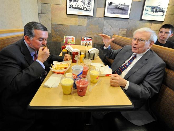 TT Trump được mời dự bữa trưa 4,6 triệu USD với Warren Buffett - Ảnh 1.