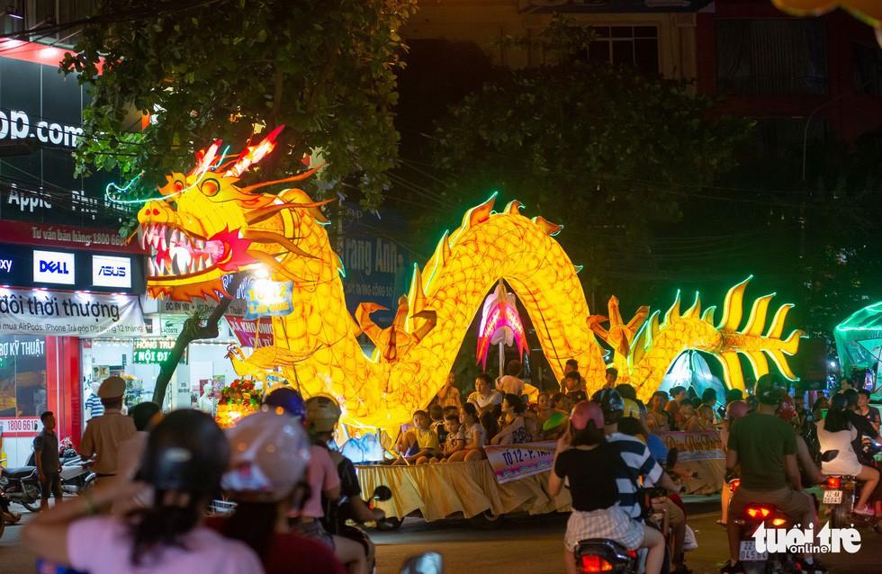 Đèn trung thu 'siêu to khổng lồ' tràn ngập đường phố Tuyên Quang - Ảnh 1.