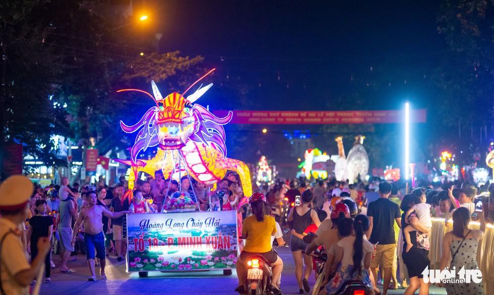 Đèn trung thu 'siêu to khổng lồ' tràn ngập đường phố Tuyên Quang - Ảnh 10.