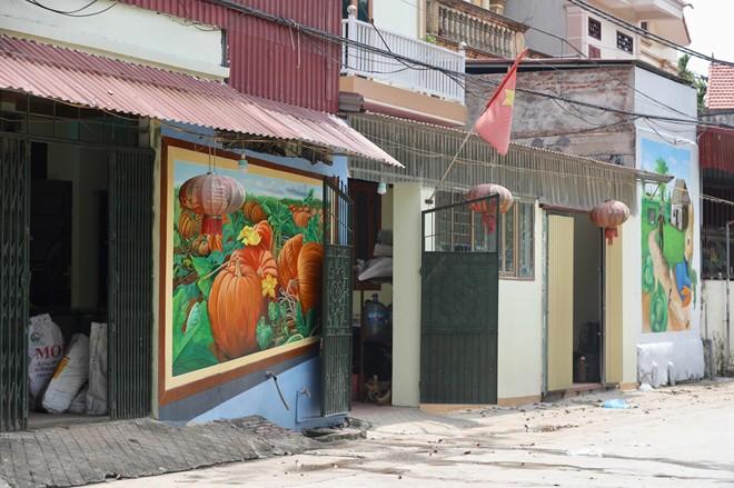 Dạo bước ngôi làng bích họa đầu tiên của Hà Nội - Ảnh 2.