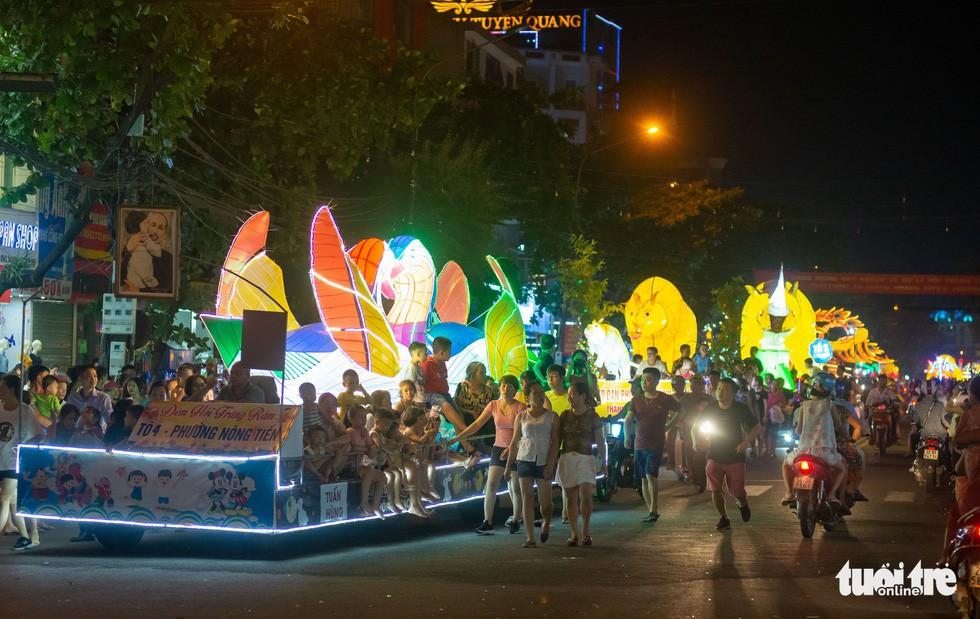 Đèn trung thu 'siêu to khổng lồ' tràn ngập đường phố Tuyên Quang - Ảnh 3.