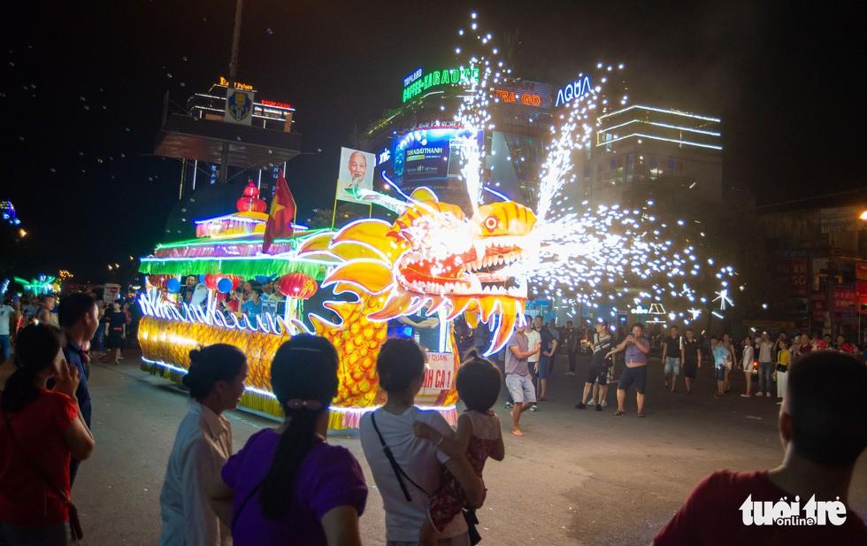 Đèn trung thu 'siêu to khổng lồ' tràn ngập đường phố Tuyên Quang - Ảnh 4.