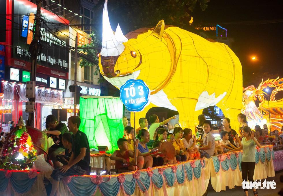 Đèn trung thu 'siêu to khổng lồ' tràn ngập đường phố Tuyên Quang - Ảnh 5.