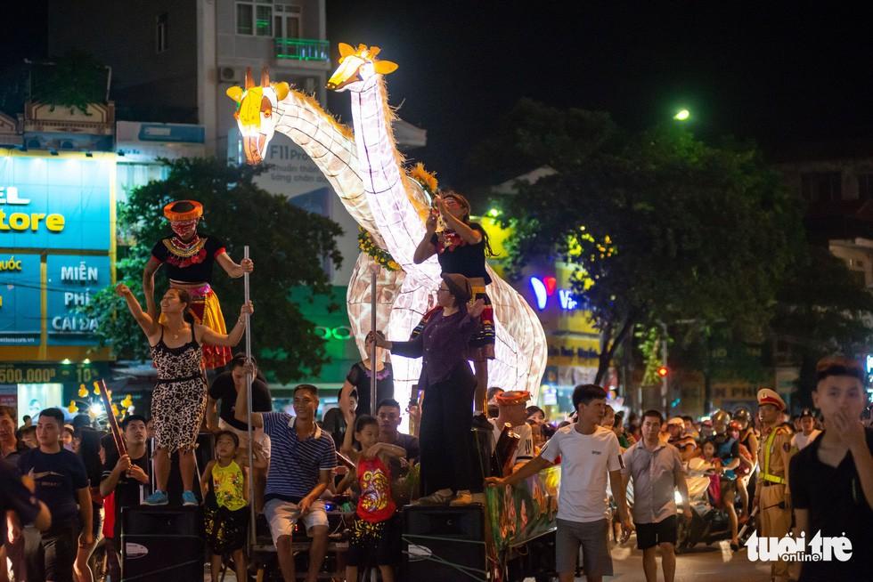 Đèn trung thu 'siêu to khổng lồ' tràn ngập đường phố Tuyên Quang - Ảnh 7.