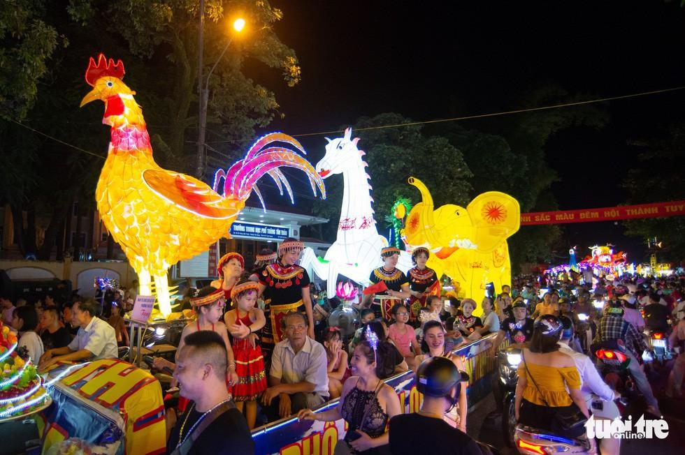 Đèn trung thu 'siêu to khổng lồ' tràn ngập đường phố Tuyên Quang - Ảnh 8.