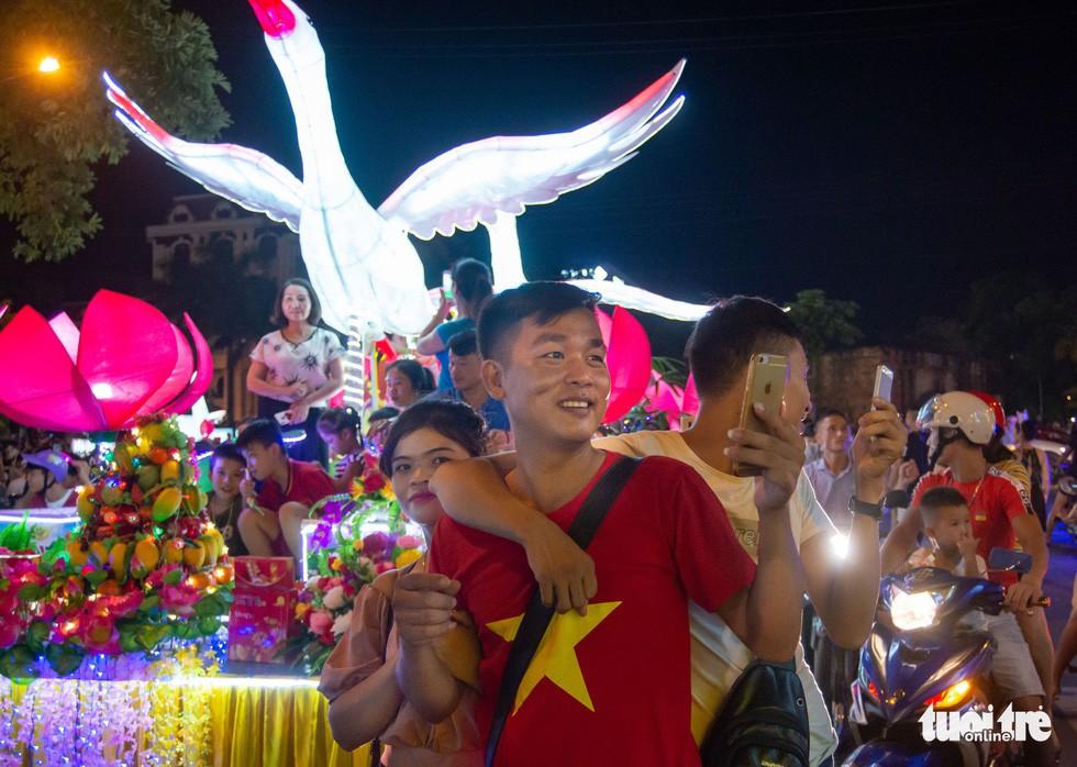 Đèn trung thu 'siêu to khổng lồ' tràn ngập đường phố Tuyên Quang - Ảnh 9.