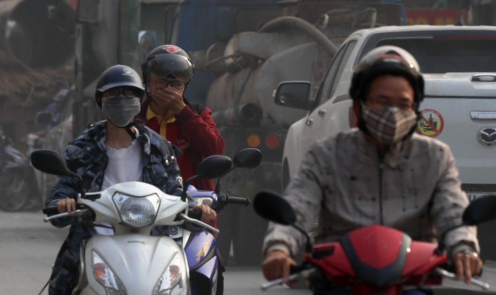 Hà Nội ô nhiễm không khí, người dân thêm khổ khi hít bụi mù mịt trên đường 70 đoạn Nhổn - Hà Đông - Ảnh 11.
