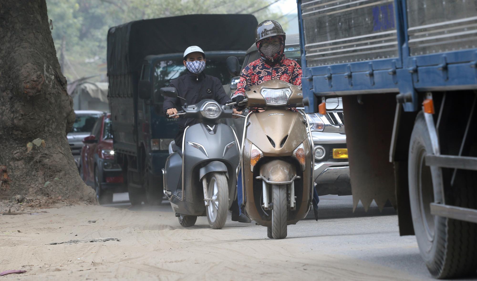 Hà Nội ô nhiễm không khí, người dân thêm khổ khi hít bụi mù mịt trên đường 70 đoạn Nhổn - Hà Đông - Ảnh 13.