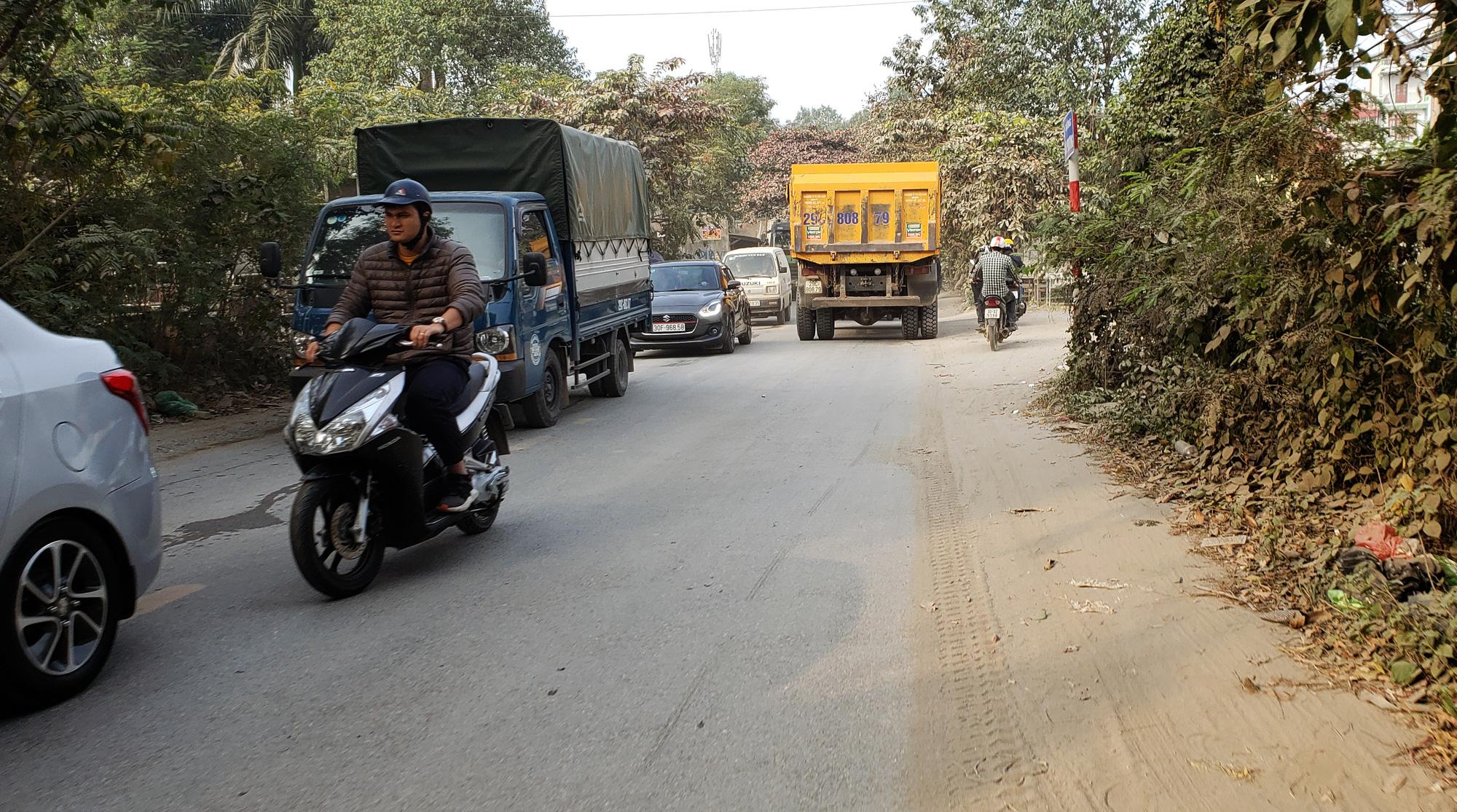 Hà Nội ô nhiễm không khí, người dân thêm khổ khi hít bụi mù mịt trên đường 70 đoạn Nhổn - Hà Đông - Ảnh 5.