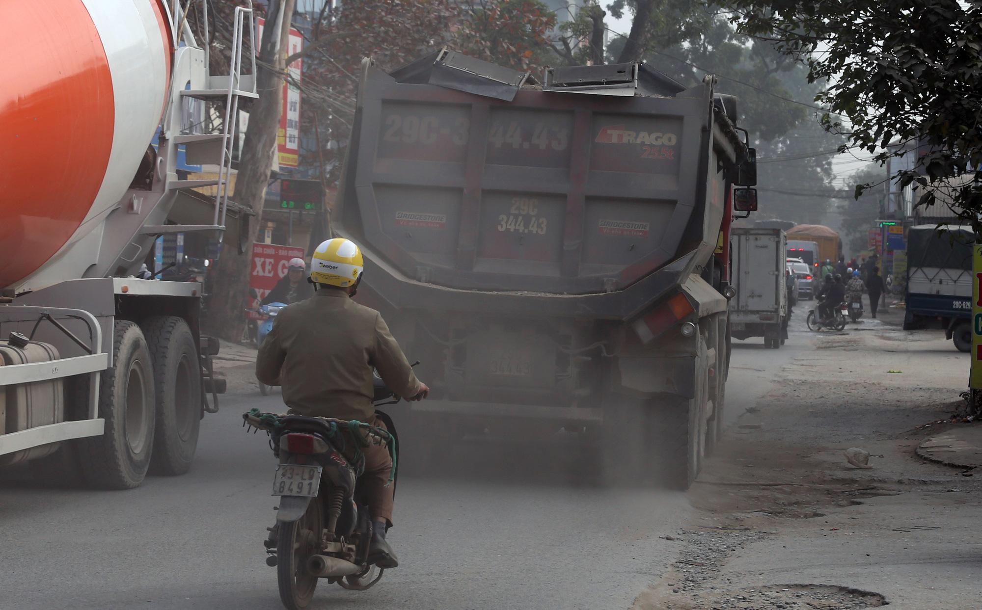Hà Nội ô nhiễm không khí, người dân thêm khổ khi hít bụi mù mịt trên đường 70 đoạn Nhổn - Hà Đông - Ảnh 7.