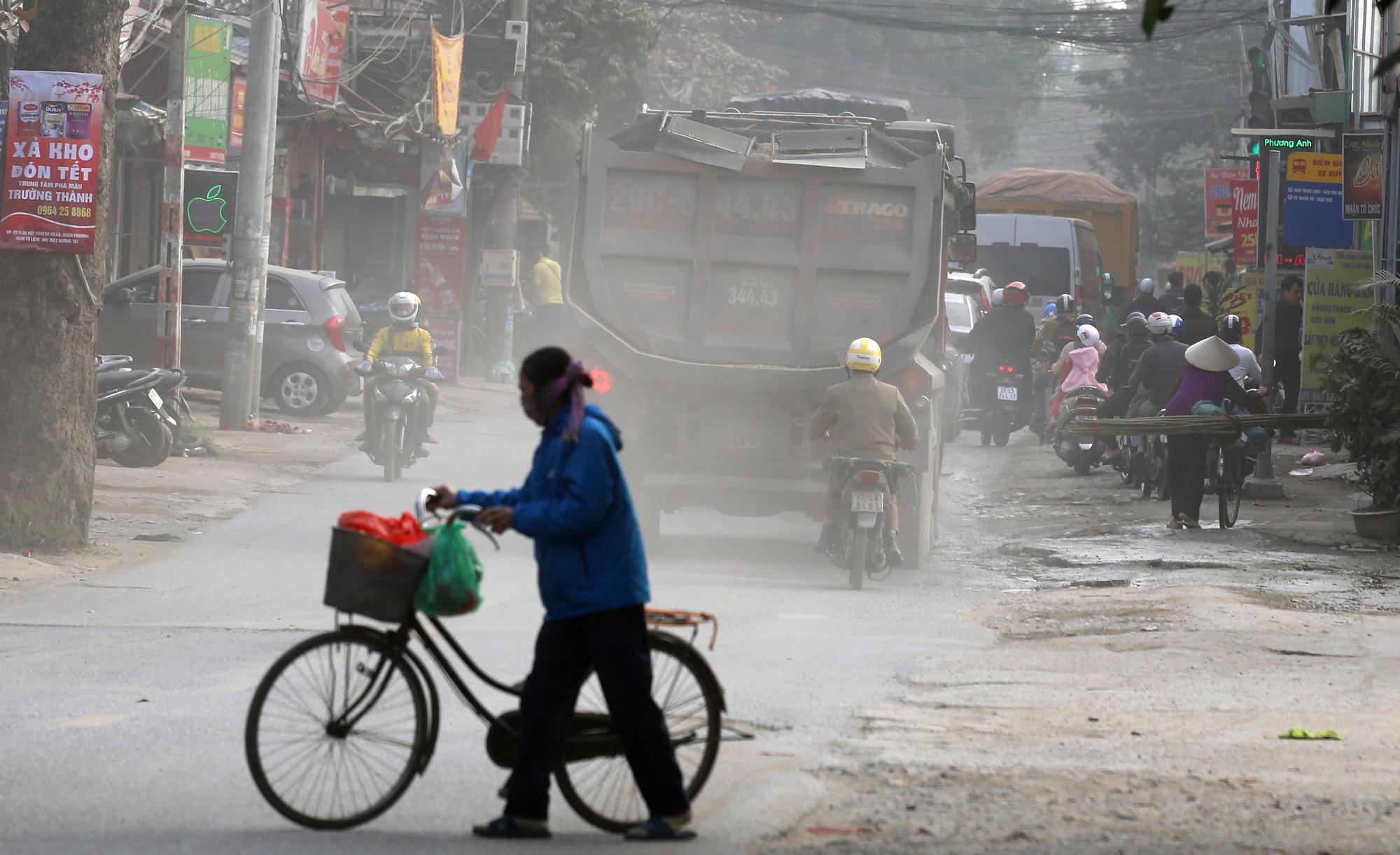 Hà Nội ô nhiễm không khí, người dân thêm khổ khi hít bụi mù mịt trên đường 70 đoạn Nhổn - Hà Đông - Ảnh 8.