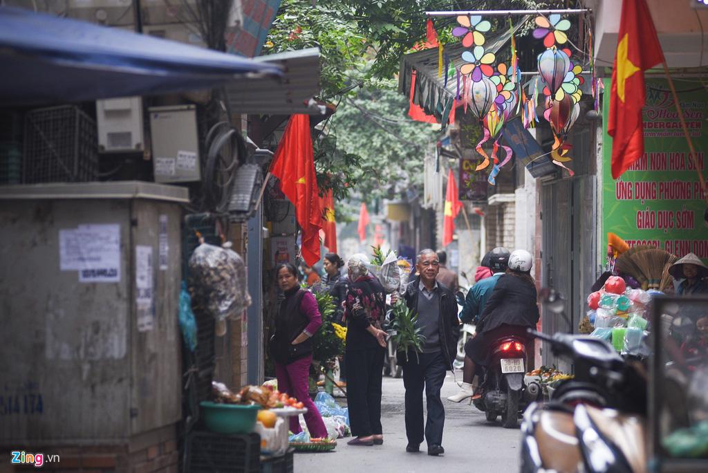 Người Hà Nội xuống phố dạo chơi ngày đầu năm mới - Ảnh 8.