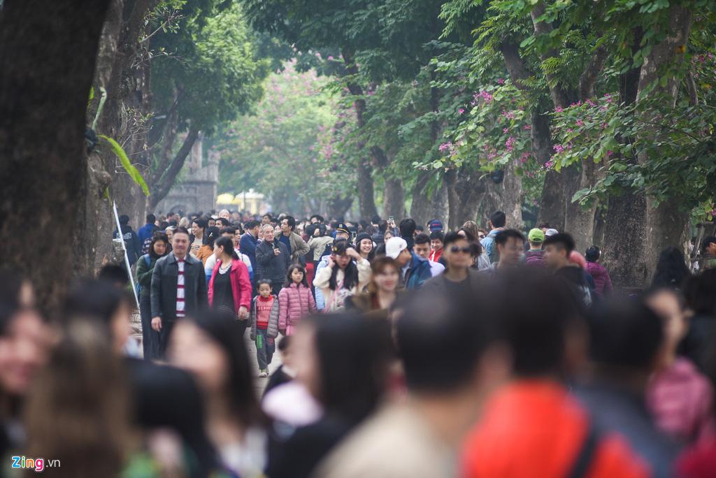 Người Hà Nội xuống phố dạo chơi ngày đầu năm mới - Ảnh 1.