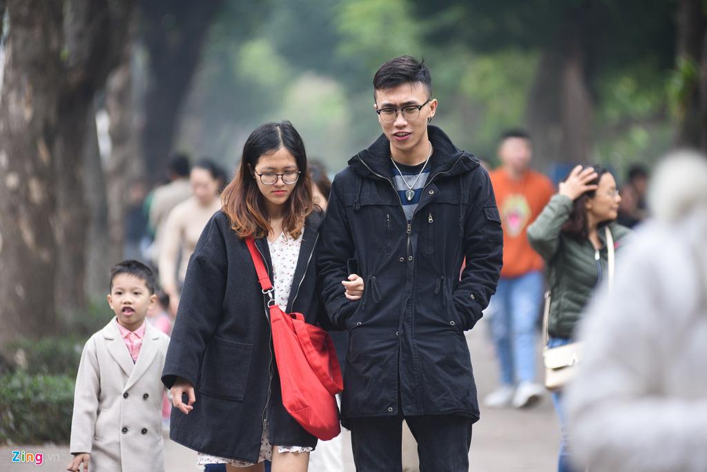 Người Hà Nội xuống phố dạo chơi ngày đầu năm mới - Ảnh 6.