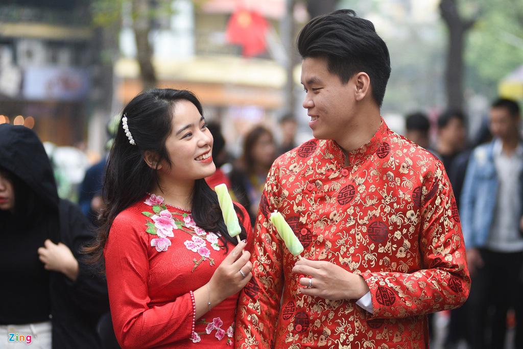 Người Hà Nội xuống phố dạo chơi ngày đầu năm mới - Ảnh 3.