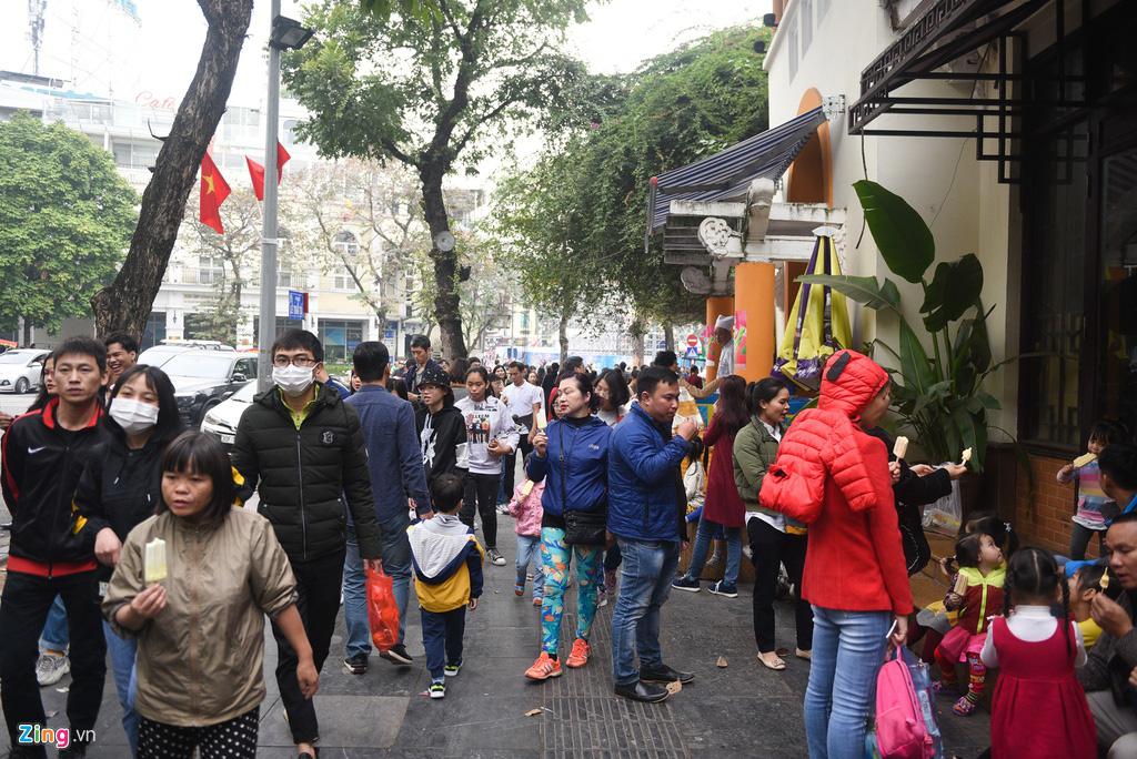 Người Hà Nội xuống phố dạo chơi ngày đầu năm mới - Ảnh 4.