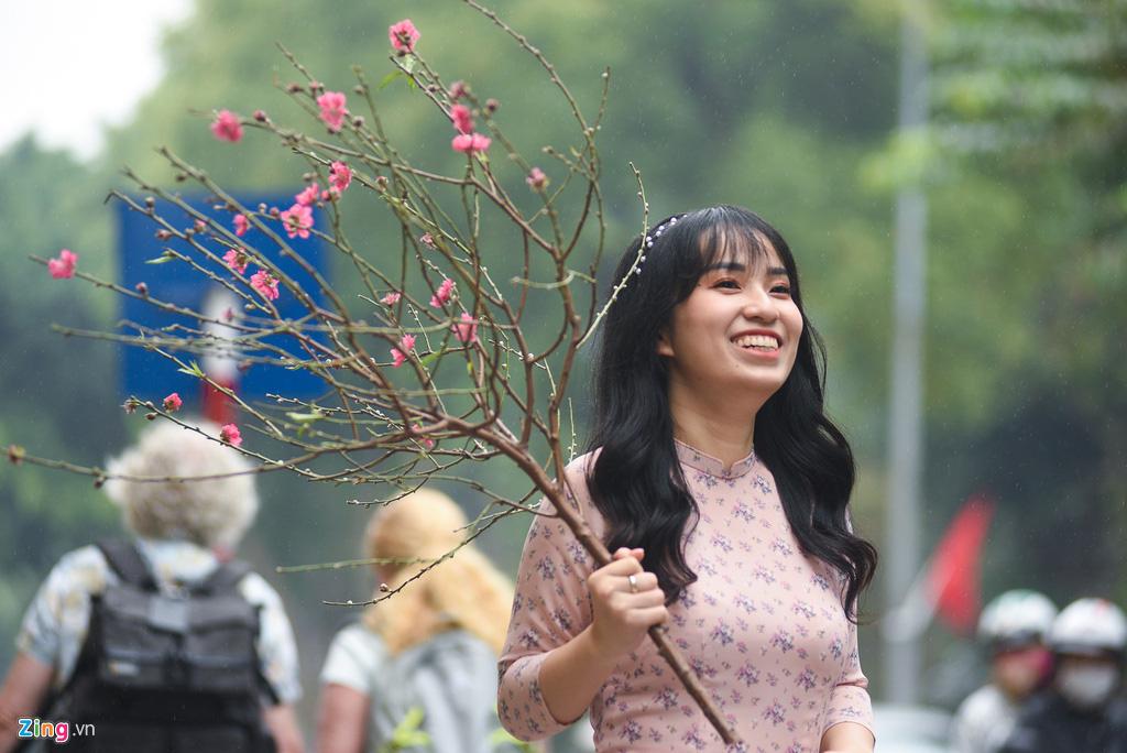 Người Hà Nội xuống phố dạo chơi ngày đầu năm mới - Ảnh 2.