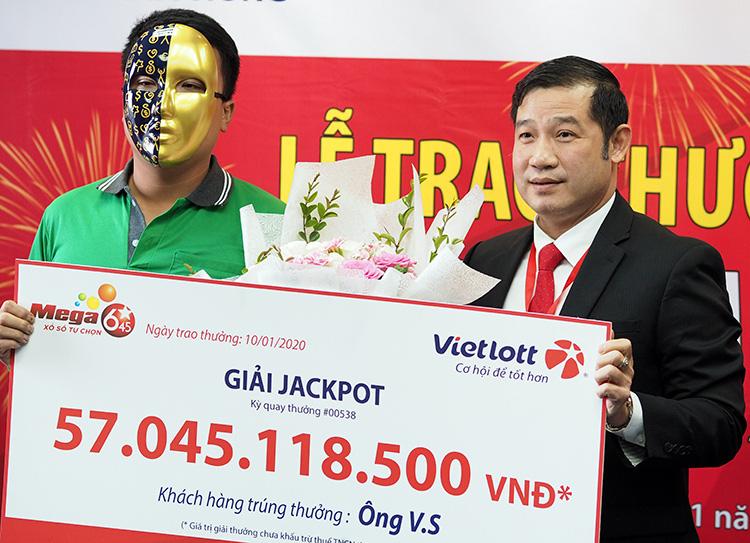 Tài xế GrabBike trúng Vietlott 57 tỉ đồng, đeo mặt nạ nhận thưởng - Ảnh 1.
