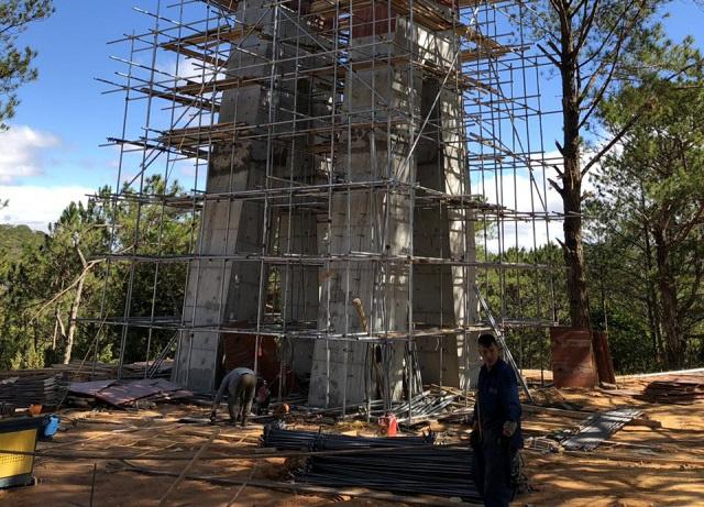 Đình chỉ xây cầu kính trái phép tại thung lũng Tình yêu - Ảnh 1.