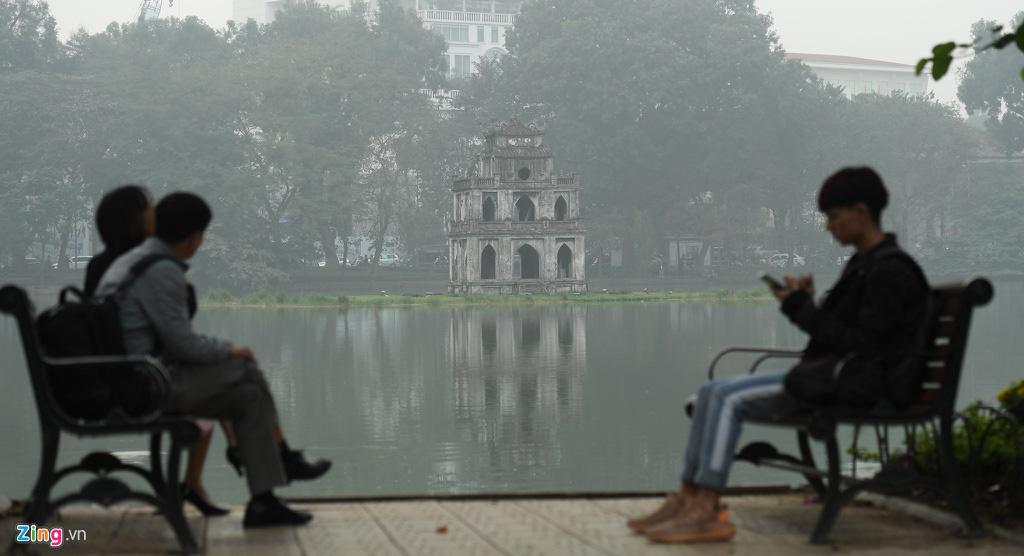 Hà Nội chìm trong sương mù cả ngày lẫn đêm - Ảnh 5.
