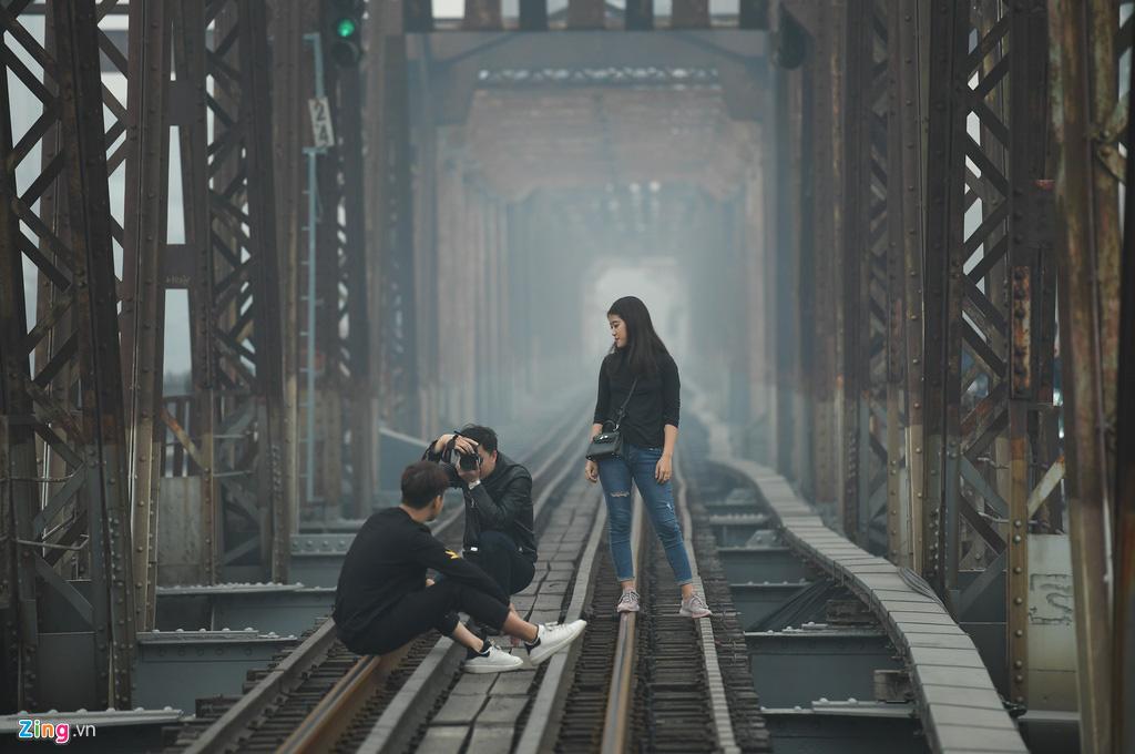 Hà Nội chìm trong sương mù cả ngày lẫn đêm - Ảnh 7.