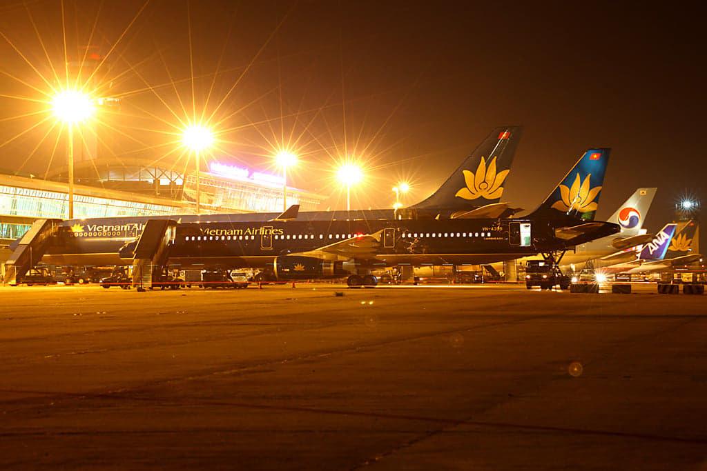Tân Sơn Nhất dịp Tết, lo máy bay tắc đường trên trời lẫn dưới đất - Ảnh 1.