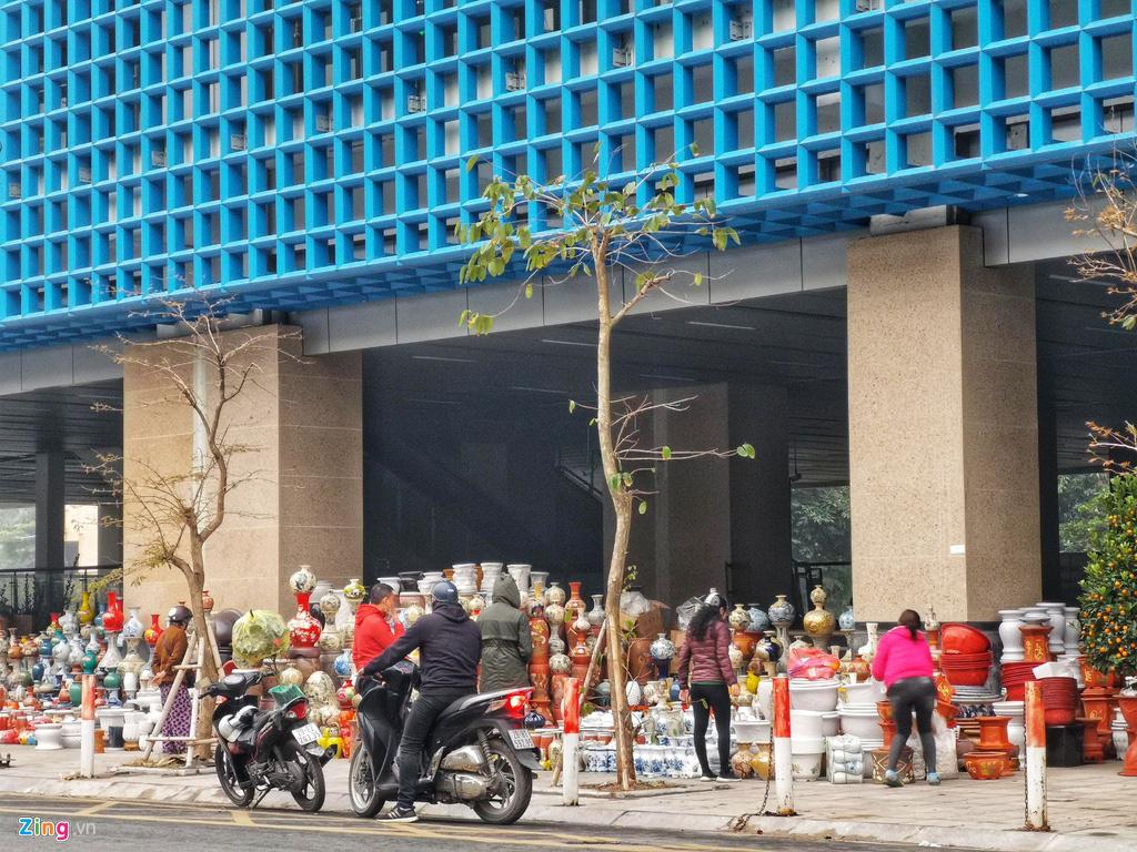 Đường sắt Cát Linh chưa hoạt động, nha ga thành chợ cây cảnh Tết - Ảnh 4.