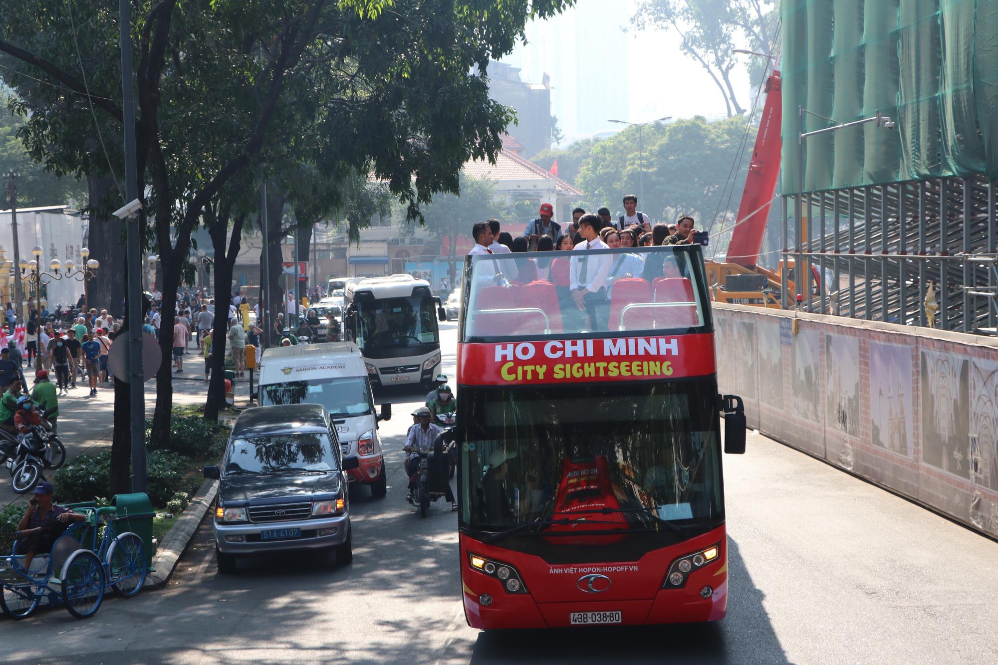 Người dân TP HCM háo hức trải nghiệm xe buýt hai tầng mui trần lần đầu tiên được đưa vào khai thác - Ảnh 1.