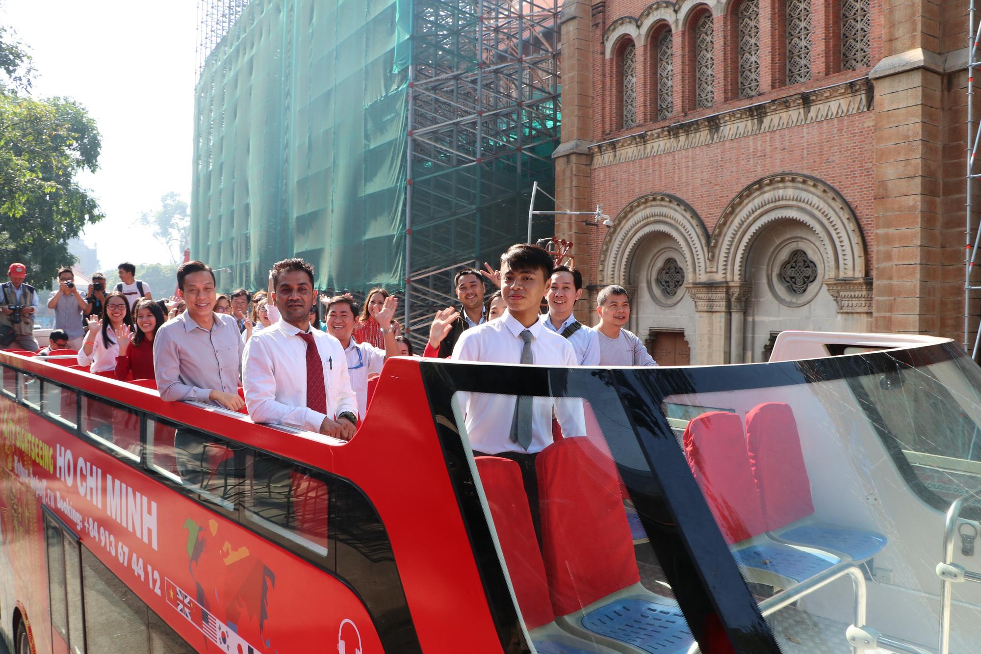 Người dân TP HCM háo hức trải nghiệm xe buýt hai tầng mui trần lần đầu tiên được đưa vào khai thác - Ảnh 3.