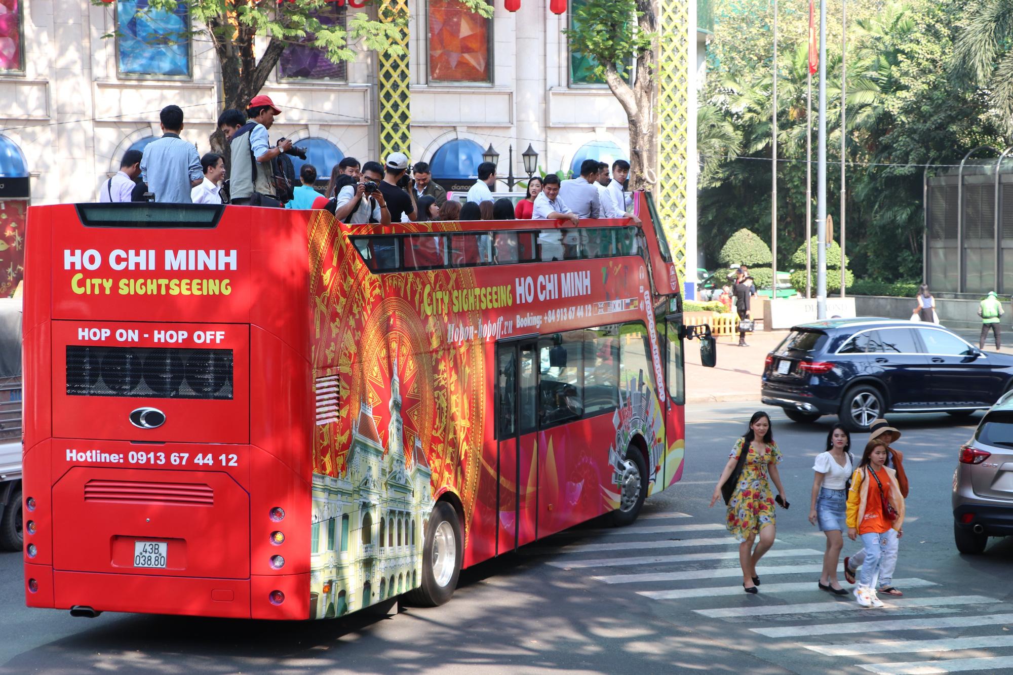 Người dân TP HCM háo hức trải nghiệm xe buýt hai tầng mui trần lần đầu tiên được đưa vào khai thác - Ảnh 2.