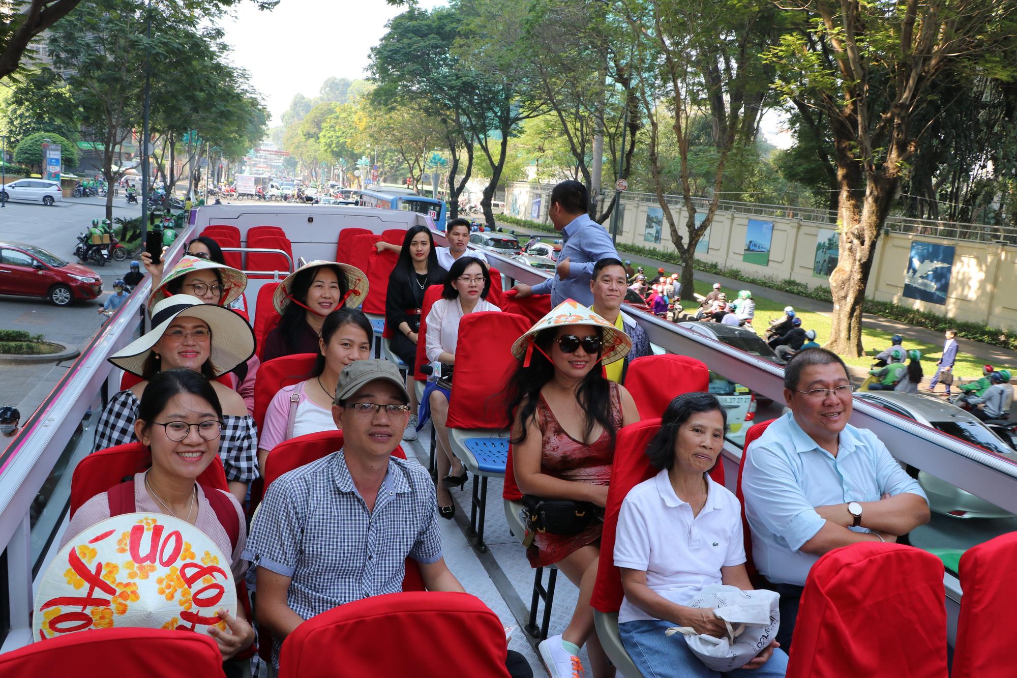 Người dân TP HCM háo hức trải nghiệm xe buýt hai tầng mui trần lần đầu tiên được đưa vào khai thác - Ảnh 9.