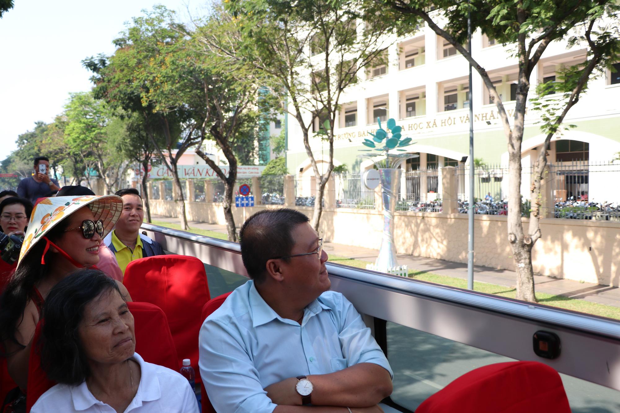 Người dân TP HCM háo hức trải nghiệm xe buýt hai tầng mui trần lần đầu tiên được đưa vào khai thác - Ảnh 7.