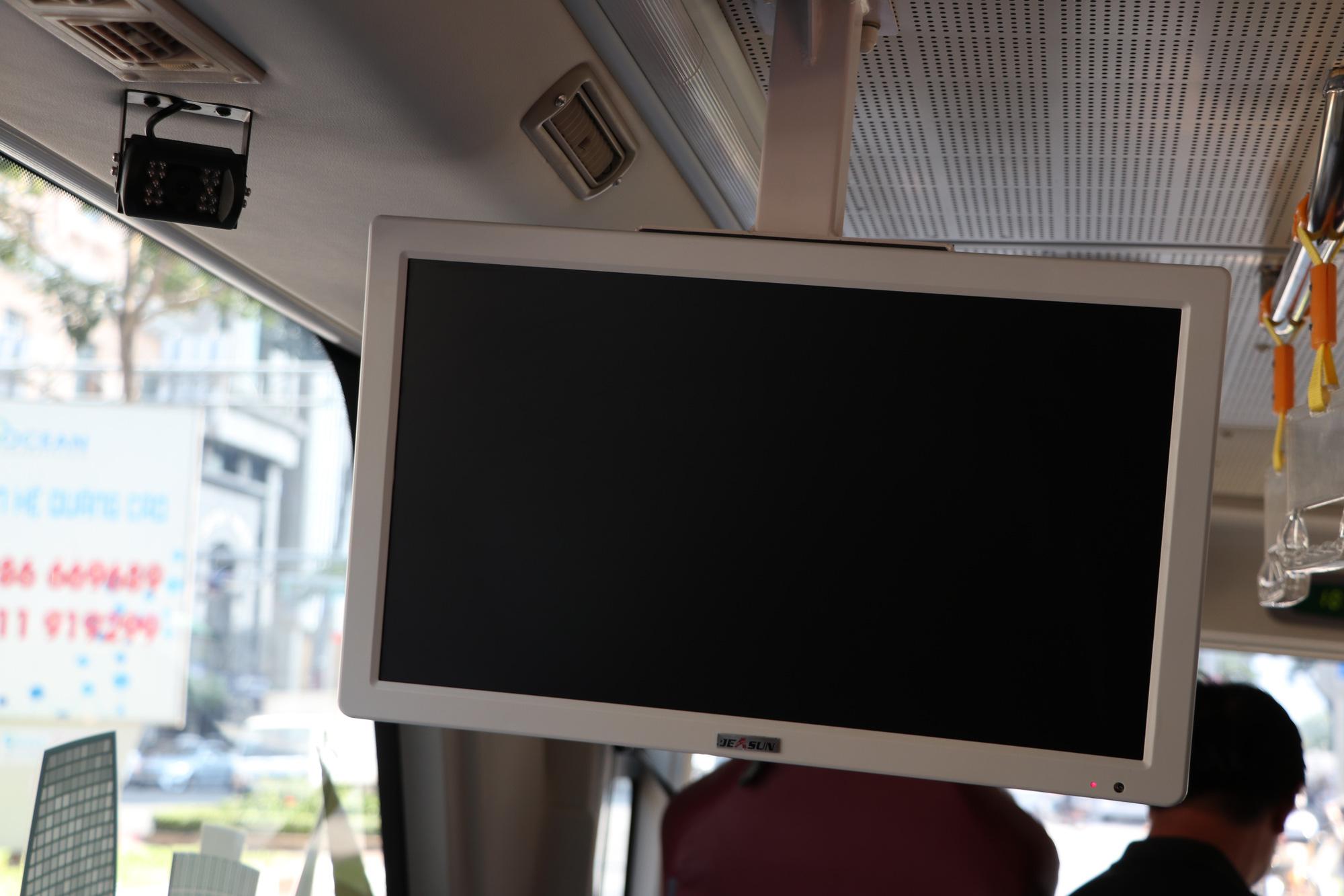 Người dân TP HCM háo hức trải nghiệm xe buýt hai tầng mui trần lần đầu tiên được đưa vào khai thác - Ảnh 4.