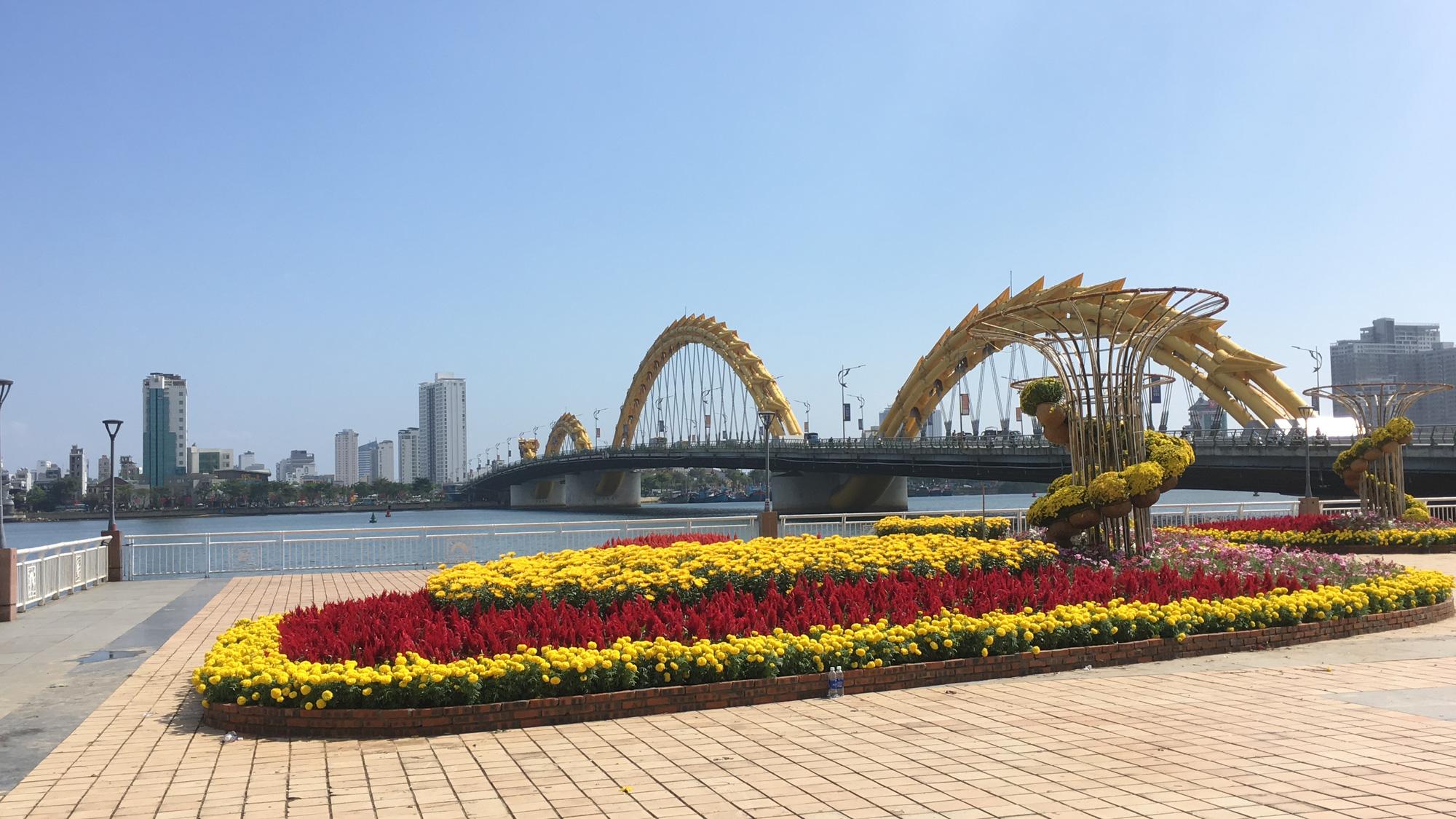 Hối hả thi công đường hoa Đà Nẵng để người dân tham quan, chơi Tết Canh Tý 2020 - Ảnh 2.