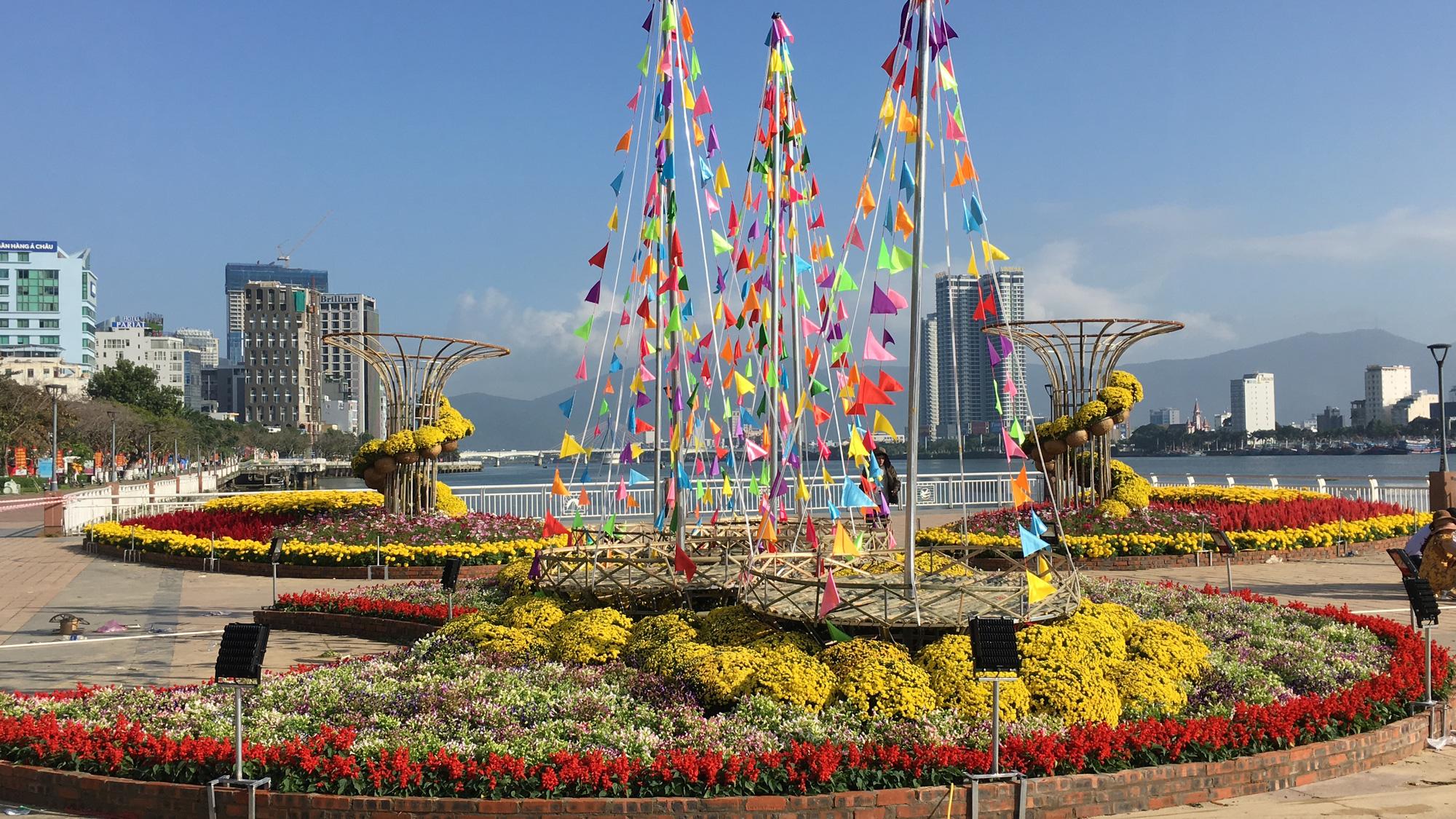 Hối hả thi công đường hoa Đà Nẵng để người dân tham quan, chơi Tết Canh Tý 2020 - Ảnh 9.