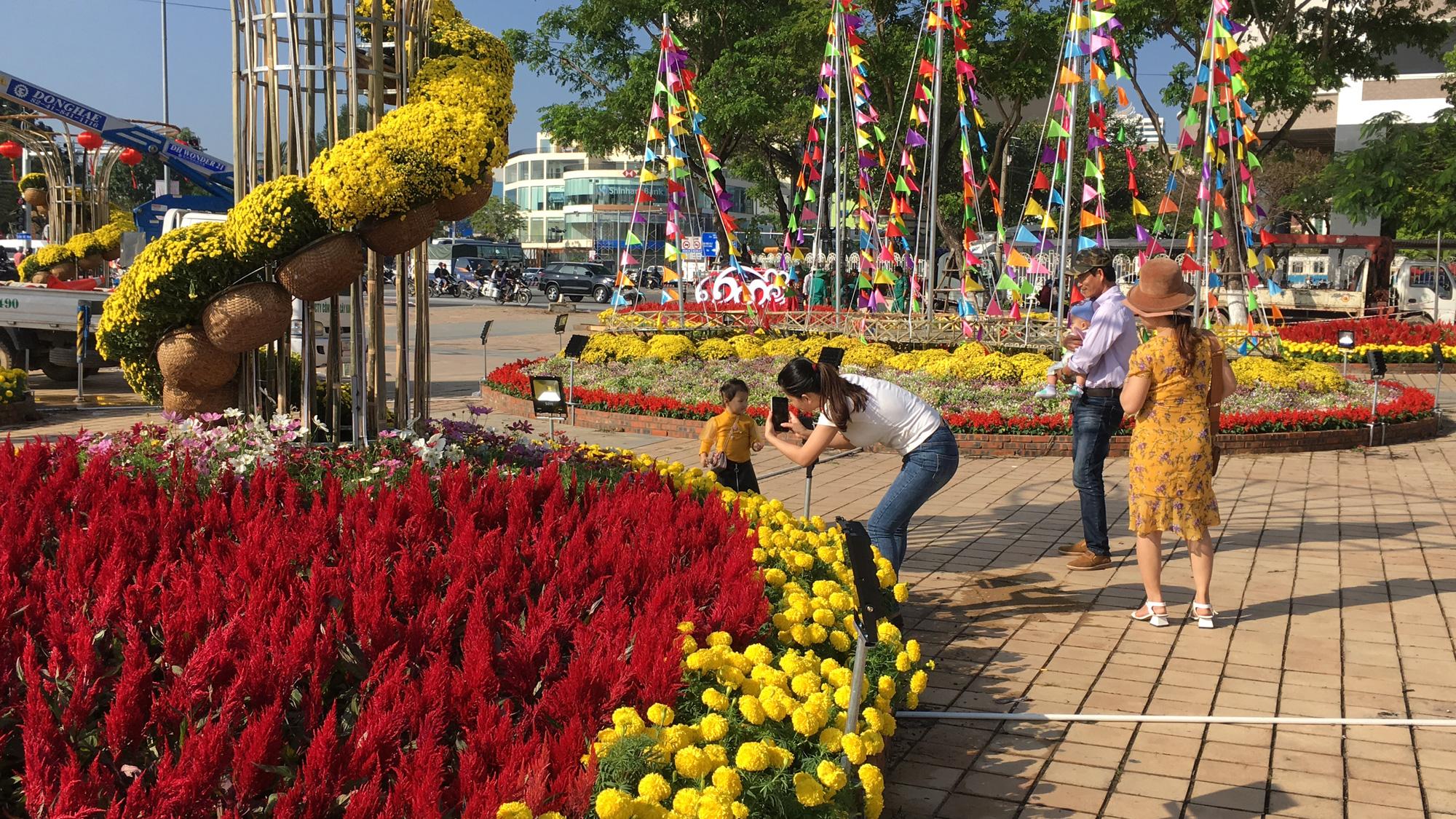 Hối hả thi công đường hoa Đà Nẵng để người dân tham quan, chơi Tết Canh Tý 2020 - Ảnh 11.