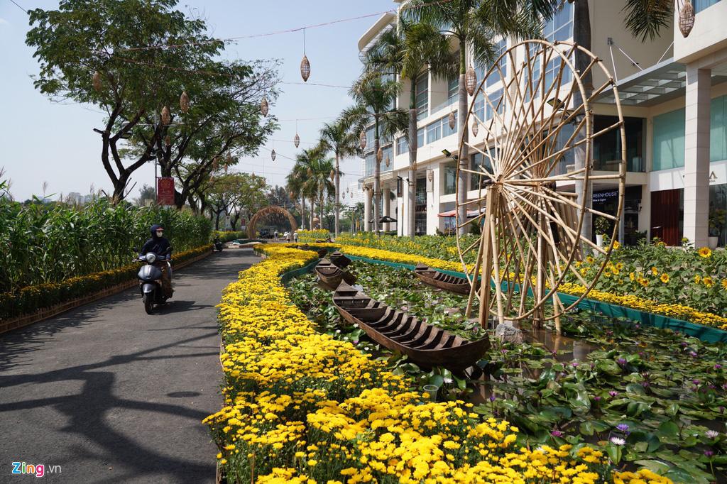 Những hình ảnh đầu tiên của đường hoa Phú Mỹ Hưng - Ảnh 1.