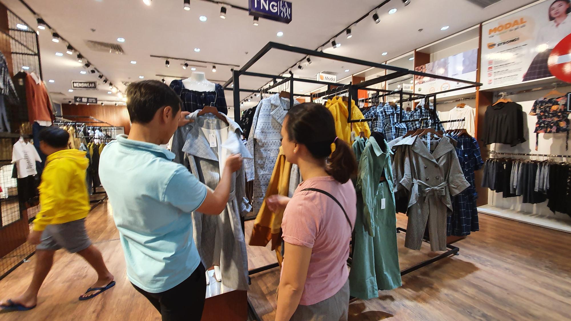 Người dân TP HCM bỏ mặc các shop, chuộng sắm đồ vỉa hè đón Tết - Ảnh 12.